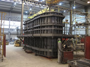 construcción molde 4 sectores armado encofrado de la base de un puente