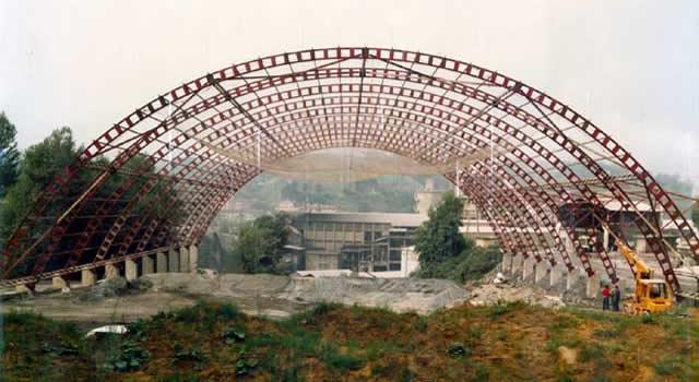 Hemos realizado grandes estructuras metálicas para cementeras, cúpulas, parkings,